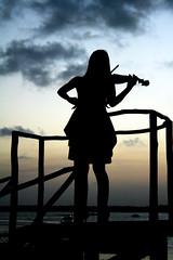 Ode ao pr-do-sol... (Fabiana Velso) Tags: contraluz mulher cu joopessoa prdosol nuvens silhueta violino paraba praiadojacar boleroderavel 8demaro duetos frenteafrente fabianavelso