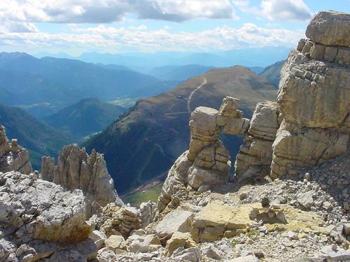 Feldformationen im Latemargebiet mit Blick auf das Skigebiet Obereggen und nach Süden Richtung Südtiroler Unterland