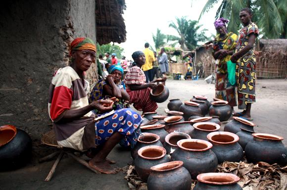 Une vendeuse de pots en argile dans une rue d'Isangi, province orientale