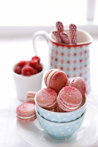 raspberry and pink peppercorn macarons / Aran