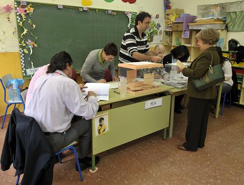 Una de las mesas electorales del 22M en El Espinar. Foto Pedro Merino