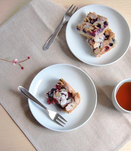 Berry and almond cake / Bolo de amêndoas e frutas vermelhas