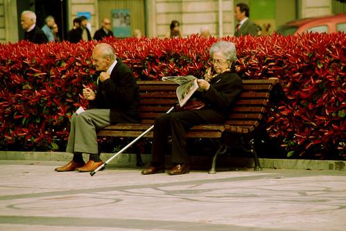 Pareja de personas de avanzada edad en un parque de Oviedo