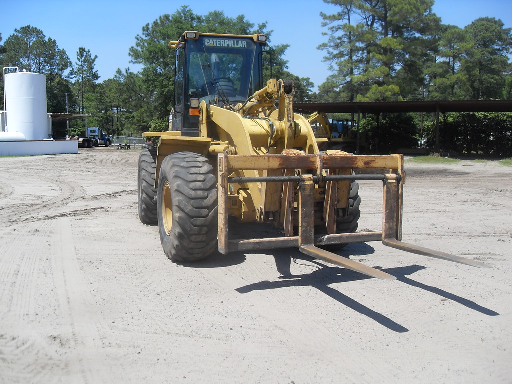 Caterpillar 938G Wheel Loader 2000 - Front