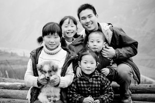 Derrick Chang with children in Yu Zixi village