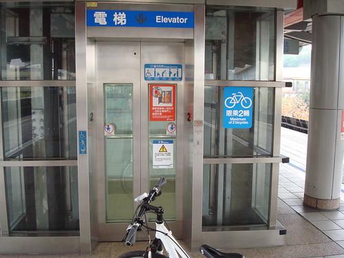 請搭乘電梯