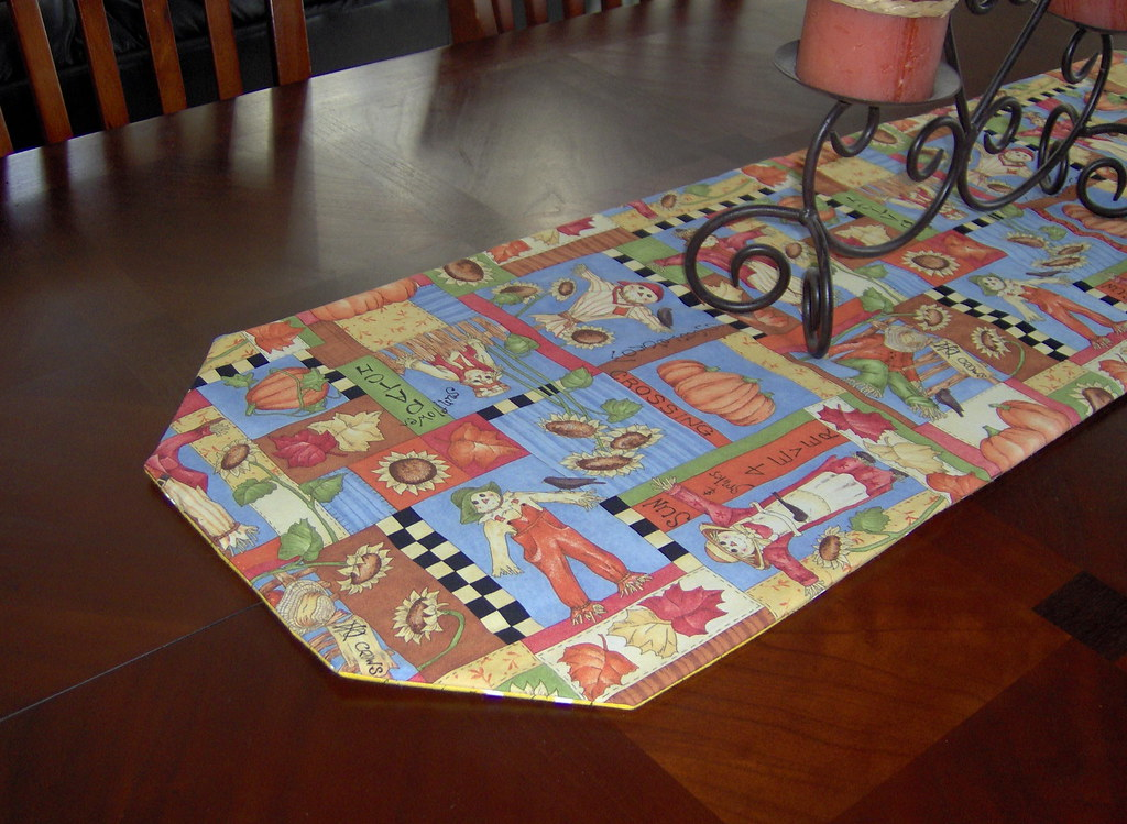 Reversible table runner - Bees and scarecrows