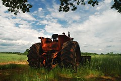 2009:05:10__14:22:41 (MilkaWay) Tags: red tractor field grass big view tires 365 2009 day130 allischalmers aphotoaday morgancounty ruralgeorgia p1f1 pricemillroad p3652009 tiresrear