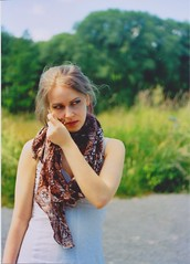 Neni mit Schal (Meli/stressed out :[) Tags: feld wiese gras grn pentacon praktica baum fotografiert kleid halstuch neni