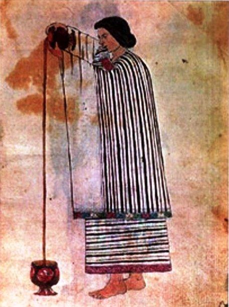 mujer azteca espumando cacao