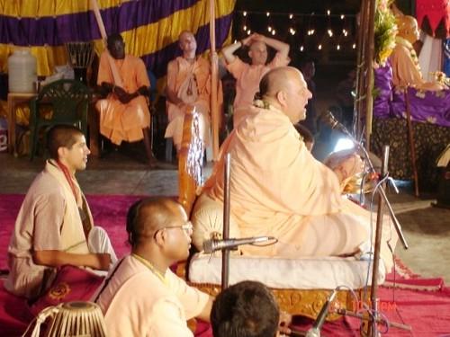 H H Jayapataka Swami in Tirupati 2006 - 0062 por ISKCON desire  tree.