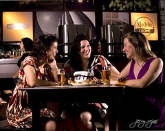 En el bar / At the Bar by Jerry Rojas (jerryrojas) Tags: friends beer bar laughing restaurant women drink cerveza drinking amigas mujeres riendo bebiendo alienbees