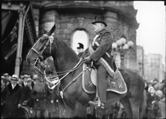 Mounted gentleman with top hat, St. Patrick's Day Parade(?), Montreal, QC, about 1930 (Muse McCord Museum) Tags: horse irish canada montreal parade tophat mccordmuseum irlandais musemccord