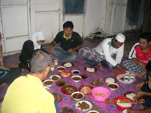 makan di rumah orang kampung