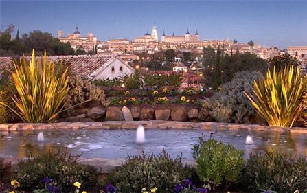 Patio exterior con la ciudad de Toledo de fondo