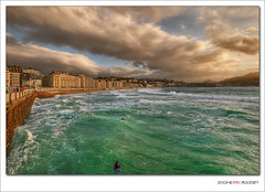 Playa de la Concha @ San Sebastian (Spain) - HDR (Eric Rousset) Tags: sky beach photoshop landscape photography reflex spain nikon europe raw surfer sigma wideangle playa ciel adobe 1020mm sansebastian espagne plage 2009 hdr highdynamicrange donostia paysbasque d300 playadelaconcha cs3 surfeur saintsbastien photomatix tonemapping hoyahmcuvfilter nikond300 piproduction ericrousset sigma1020mmf45dcexhsm