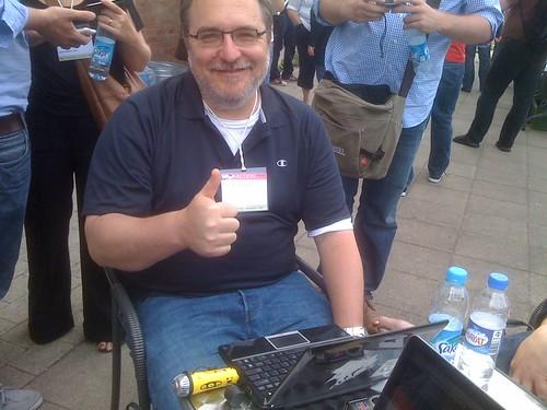 Dave Winer, som har opfundet rss-feedet til podcasting, tester Easi-Speaken på reboot 11 i København