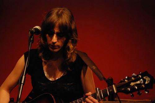 Miren Iza, líder, vocalista y guitarrista del grupo de música Tulsa, en concierto en el bar Fotomatón, Madrid