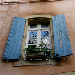 Ooouh... to you... (Annie in Beziers) Tags: blue france window peeling shutters bziers mywinners annieinbziers paololivornosfriends dwwg gettyimagesfranceq1