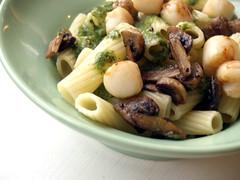Pasta med pesto, kammuslinger og champignons