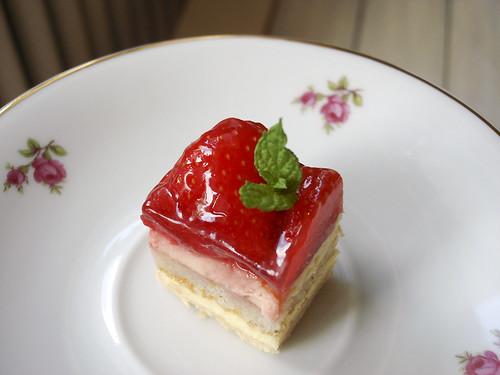 Erdbeertörtchen auf geblühmtem Teller