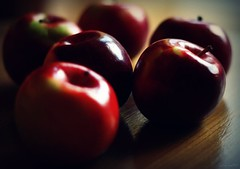 (andrewlee1967) Tags: apples canon400d ef50mmf18 andrewlee1967 uk red light shiny table still life mywinners andrewlee