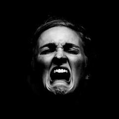 [フリー画像] [人物写真] [女性ポートレイト] [泣き顔] [叫ぶ] [モノクロ写真]      [フリー素材]