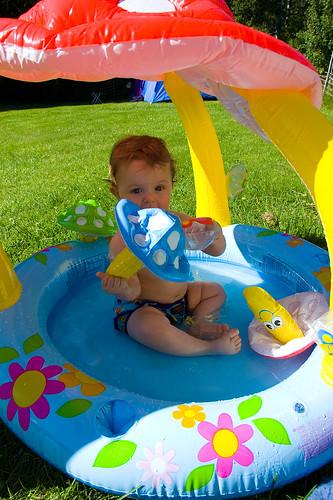 Linus i babypoolen utanför stugan i Fegen