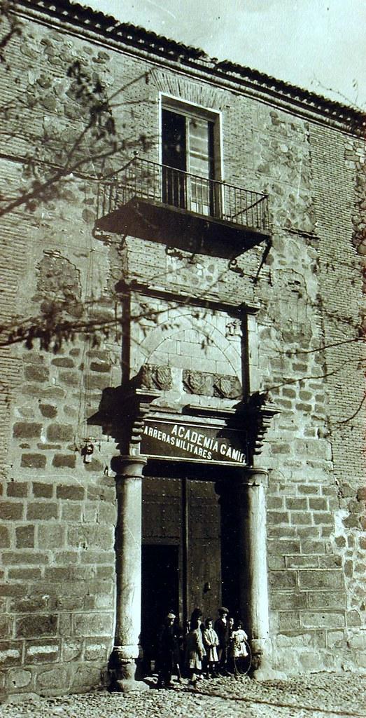 Palacio de Fuensalida con un cartel de una academia de formación militar. Principios del siglo XX. Fotografía Rodríguez