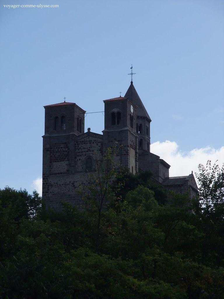 Fachada românica na Auvergne