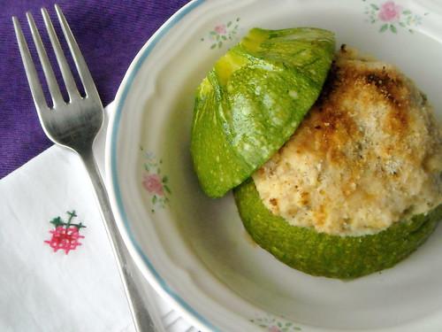 Zucchine tonde con formaggio Roccolo e pancetta arrotolata