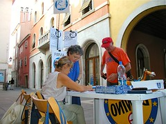 Tavolo radicale (Marco Gentili) Tags: trieste tavoli firme radicali partiti raccoltafirme archivioradicale elezionisuppletive