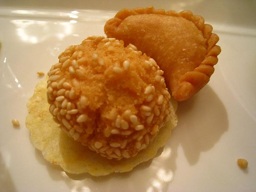 Deep-Fried Sesame Ball & Deep-Fried Dumpling Filled with Peanuts