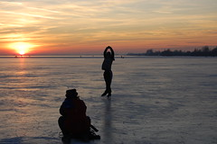 Figure skating (Maarten van den Berg) Tags: winter sunset sky sun ice netherlands zonsondergang iceskating aalsmeer figureskating zon ijs schaatsen wintershot kunstschaatsen reflectingsun westeinderplas winterinholland2009 nederlandschaatst