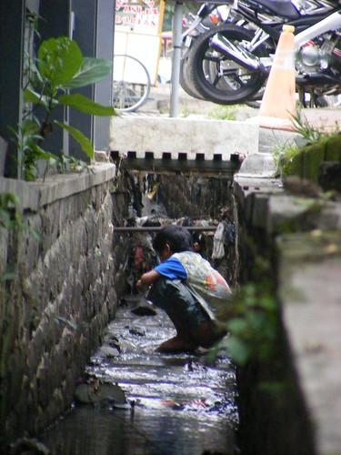 ... di sebuah selokan di Bandung. Lokasi: perempatan Cikapayang, Bandung