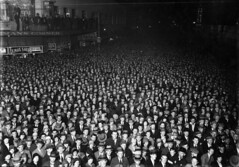 Election night crowd, Wellington, 1931 (National Library NZ on The Commons) Tags: lighting street new people men night 1931 pessoas women election faces fuck crowd watching hats event zealand wellington anticipation humans results electionnight populated seaofpeople menandwo