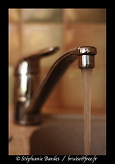 Eau (Stef.B) Tags: france cuisine eau reflet var couleur vier flou ocre intérieur verticale liquide évier robinet carrelage potable intrieur sixfours83140