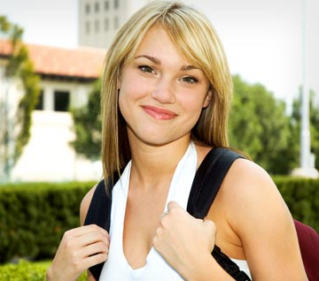 Fotografía de una chica rubia con mochila