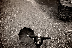 Como un sueo de hadas (Bichuas (E. Carton)) Tags: rio libertad sonrisa feliz mikel paraguas piedras leizaran andoain safecreative puentedelasbrujas sueodehadas