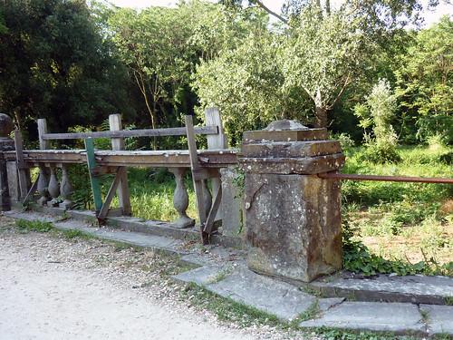 cascine di Tavola_passerella dissestata sul viale dei Lecci