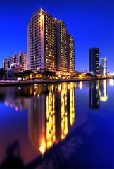 新南街 (直髮盧女士與捲毛壞脾氣小姐) Tags: blue sunset sea dusk taiwan tainan 台灣 台南 nightfall anping 安平 運河 d700 1424mm28g