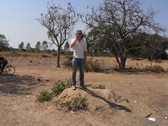 Bei einem technischen Problem ließen wir uns per Telefon von den Technikern in Ouaga beraten. Empfang hatte man jedoch nur, wenn man auf einen Termitenhügel stieg und in die richtige Richtung schaute.