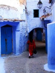سيدة في الحمراء (JBGOOD) Tags: lady morocco chefchaouen marruecos marrocos