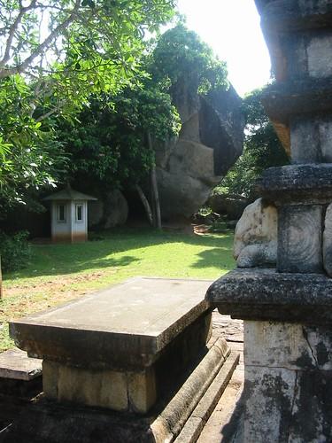 Kantaka Chetiya met de rots op de achtergrond