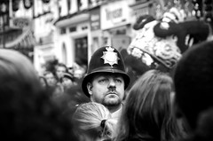 De mis problemas con la autoridad..... (SlapBcn) Tags: uk people london chinatown gente soho crowd police londres slap officer policia streetshot celebracion robado seriedad 18200vr aonuevochino abigfave nikond80 slapbcn silosemasdedeathinvegas peroesquesonlaostia