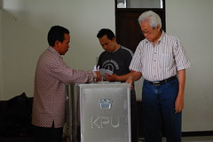 Fill Your Vote into Collector Box (Ikhlasul Amal) Tags: booth democracy election vote 2009 pemilu batik legislative tps tempatpemungutansuara vooting indonesiaelection2009