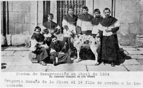1924, Seises del Colegio de Infantes con el cordero pascual