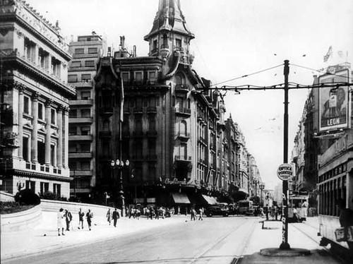 Dans l'axe de l'avenida Callao, à gauche la Confiteria del Molino à Buenos Aires en 1940