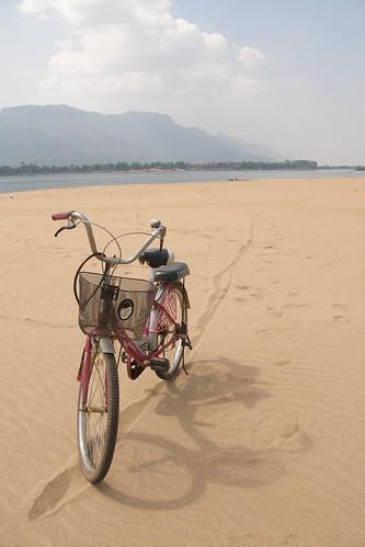 089.腳踏車在沙洲上束手縛腳