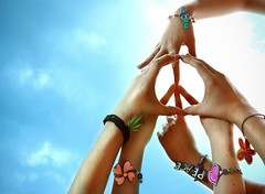 peace (ravesc) Tags: verde love branco azul cores peace natureza laranja rosa paz cu preto corao pulseira mos tons erva expresso fernandogregory bemflickrbembrasil